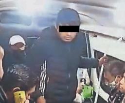 Usuarios de redes identifican a ladrón que atracó combi , en la carretera México-Texcoco