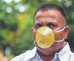 Empresario se blinda contra el Covid-19, con un lujoso cubrecobas hecho de oro