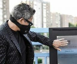 Vandalizan con pintas la placa a Alejandro Sanz en el puente de la M-30, en España