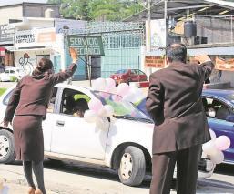 Por Covid-19, alumnos festejan graduaciones escolares en sus automóviles en Morelos