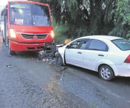 Taxi choca de frente contra autobús en el Valle de México, ambos choferes salen con vida