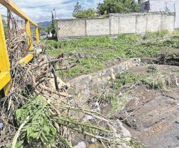 Crecida del agua en barranca arrasó con casas, rejas y muros en Morelos