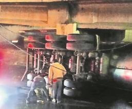 Vuelca pipa con leche en Torres Bicentenario, el chofer viajaba a exceso de velocidad