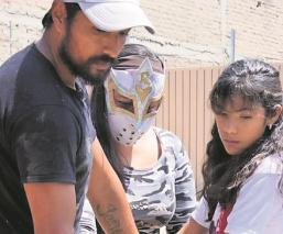 Boxeadores y luchadores apoyan a pobladores de zonas olvidadas en el Edomex