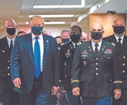 Donald Trump se pone cubrebocas por primera vez, en lo que va de la pandemia