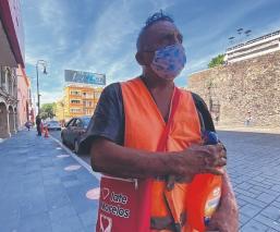 Por falta de trabajo, albañil cambia de giro para mantener a su familia en Morelos