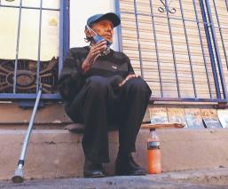 Don Luis se puso a vender películas para sobrevivir en medio de la pandemia, en Morelos