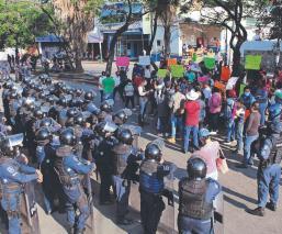 Tianguistas enfurecen al ser desalojados por antimotines, en Cuernavaca