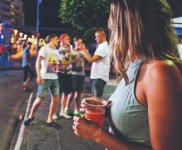 Culpan a jóvenes fiesteros de rebrotes de Covid-19, en Europa