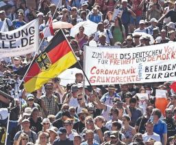 Sin sana distancia, miles protestan contra restricciones por Covid-19 en Berlín