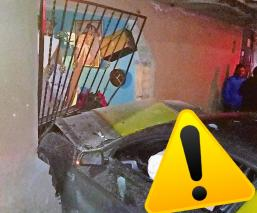 Acribillan a un automovilista y se impacta contra una casa, en Edomex