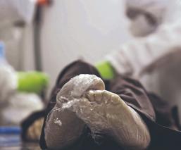 Embalsamadores se ponen a las vivas para no contagiarse de Covid-19