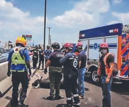 Taxista atropella a toro que escapó de la plaza y le da la 'estocada final', en Querétaro