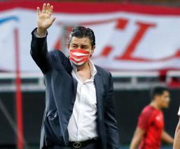 Luis Fernando Tena deja de ser director técnico de las Chivas