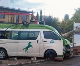 Chofer de combi acelera para evitar asalto pero muere destrozado en poste, Edomex