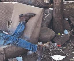 Borracho aparece muerto en un sillón tras caer y golpearse la cabeza, en Morelos