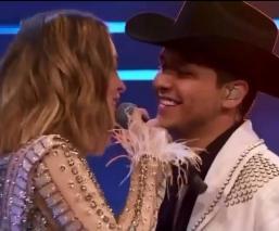 Christian Nodal toma a Belinda de a 'cartón de chela' y así reaccionó la cantante