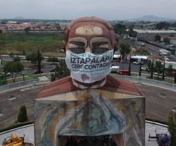 Colocan megacubrebocas a la Cabeza de Juárez en Iztapalapa, para crear conciencia