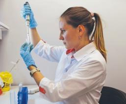 Entre polémica, rusos presumen éxito en su segunda vacuna contra el Covid-19