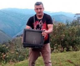 Maestro lleva televisiones a sus alumnos para que tomen clases a distancia en Perú