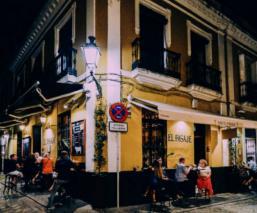 España cierra centros nocturnos y prohíbe fumar en la calle, tras rebrote de Covid-19