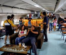 Convierten aviones en cafeterías para pasajeros que extrañan viajar, en Tailandia