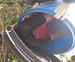 Encobijado y al interior de un tambo, hallan cuerpo de un hombre en Toluca