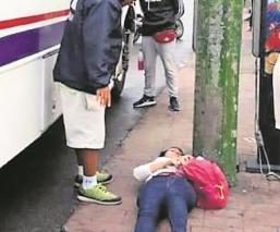 Mujer iba a abordar el camión cuando una unidad lo chocó y queda lesionada, en Morelos