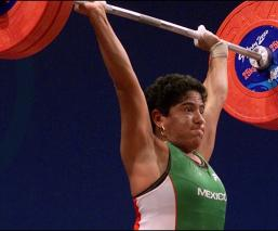 hazaña consistió en soportar sobre sus hombros 222.5 kilogramos en la división de los 58 kilogramos