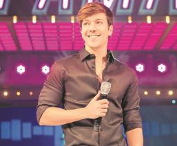 Roger González celebra logro de TVAzteca con 'Todos quieren fama', es el conductor estelar