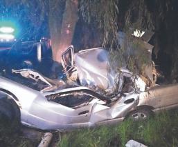 Automovilista que iba pisteando termina estampado contra un árbol, en la Toluca-Palmillas