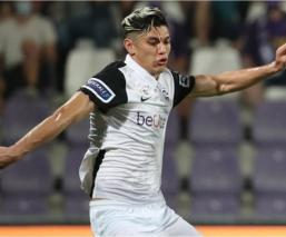 El mexicano dio su primera asistencia en el futbol belga