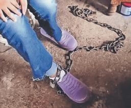 Rescatan a joven que era encadenada por su madre para que no saliera, en Morelos