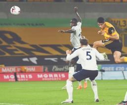 Raúl Jiménez anotó un gol, pero no pudo evitar la derrota de los Wolves ante Manchester