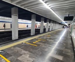Muere un abuelito al desvanecerse y golpearse la cabeza, al interior del Metro Pino Suárez