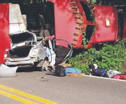 Mujer en auto muere al instante y frente a su esposo, tras caerle tráiler encima en Edomex