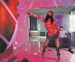 Empresa lleva bailes eróticos a sus clientes a la sala de su casa, en la CDMX