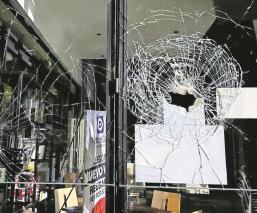 Hombres atacan a balazos la fachada de una cafetería en Morelos, el comercio estaba cerrado