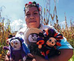 Artesana otomí disfraza de Catrina a muñecas 'Lele', por el Día de Muertos en Edomex