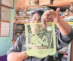 Artista del papel picado en Edomex trasciende en Día de Muertos, su arte rebasa fronteras