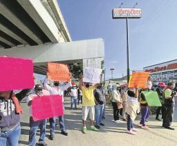 Extrabajadores del ayuntamiento de Cuernavaca realizan bloqueo para exigir su reinstalación