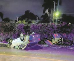 Vuelca automóvil  por exceso de velocidad en Morelos, derriba un poste y una caseta