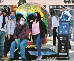 Capitalinos aprovecharon el último día de la exposición de Mexicráneos para ir a Reforma