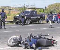 Pareja en motocicleta es embestida por una camioneta en el Edomex, sólo uno sobrevive