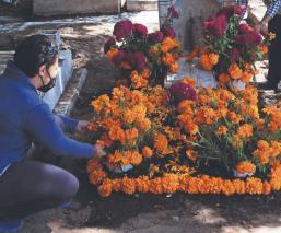 A una semana del Día de Muertos, familias adelantan limpieza en panteón de la CDMX
