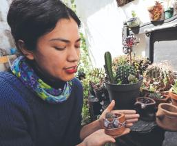 Artesana mexiquense transforma el barro en peculiares macetas con senos