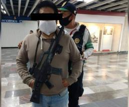 Detienen a hombre por llevar colgada una ametralladora de juguete, en el Metro Pino Suárez