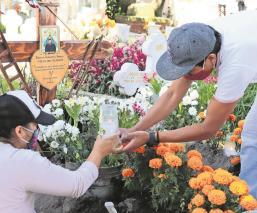 Tras cierre de panteones en el Edomex, limpian tumbas antes de Día de Muertos