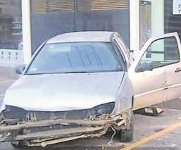 Automovilista pierde el control y se impacta contra negocio de persianas en Morelos