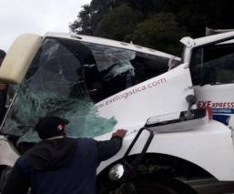Choque entre autobús de pasajeros y tráiler en la Naucalpan-Toluca deja varios lesionados